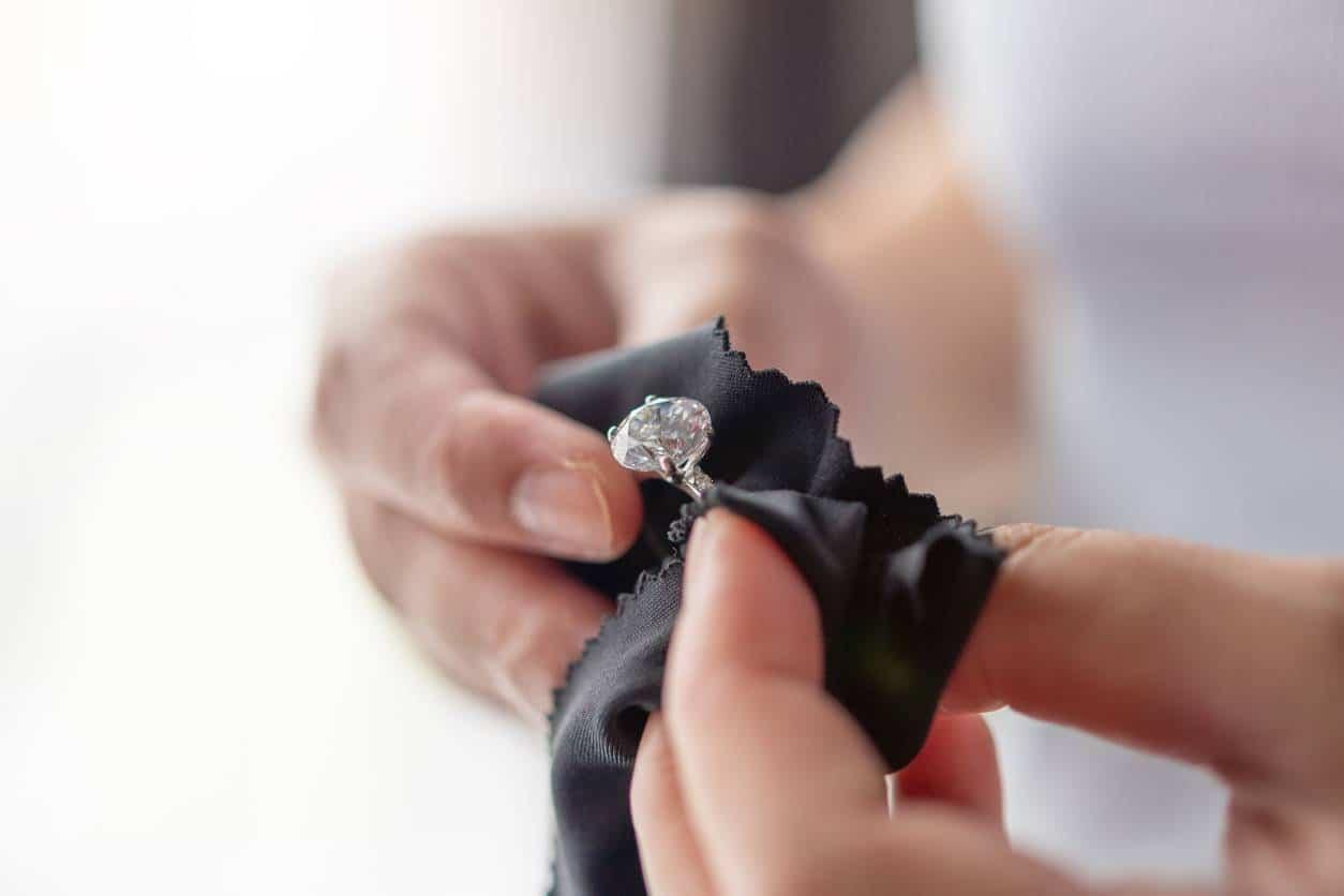 Nettoyer des bijoux fantaisie pour femme